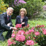 Daniela Schadt tauft Rhododendron-Neuheit in Berlin