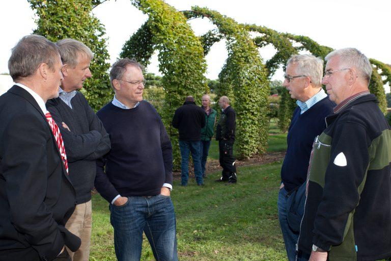 Niedersächsischer Regierungschef als Betriebspraktikant in der Baumschule Bruns